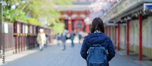 Photo Young Woman traveling backpacker, Asian traveler standing at Sensoji or Asakusa Kannon Temple