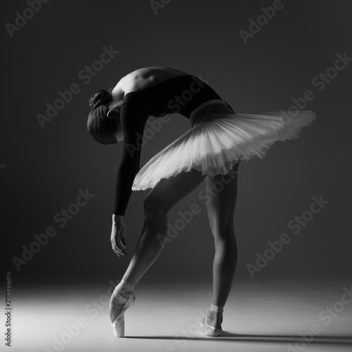 Photo Young beautiful ballerina is posing in studio