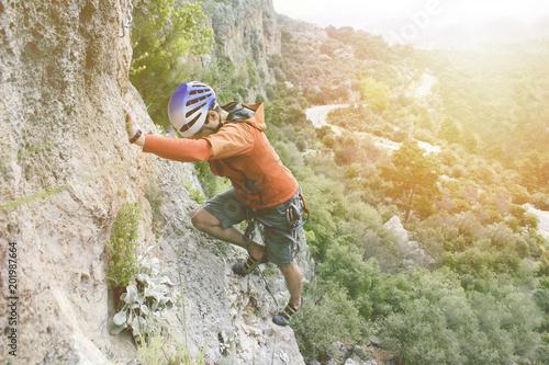Foto op Plexiglas Alpinisme Kaya tırmanışı yapan genç adam