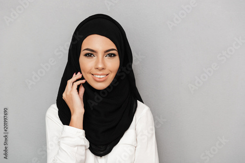 Photo Portrait closeup of muslim prayer woman 20s in hijab smiling and looking at came
