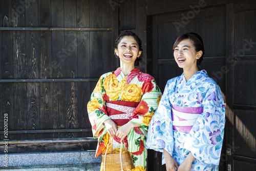 Canvas-taulu 浴衣を着て笑っている美しい女性たち