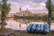 Barcos descansando en las orillas del río Tormes a su paso por Salamanca al atardecer al fondo la catedral