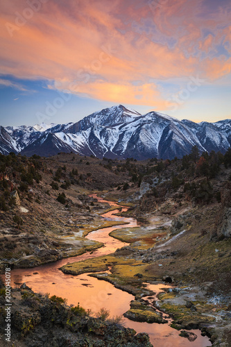 In de dag Zalm Sunrise reflection in the Eastern Sierra Mountains, California, USA.