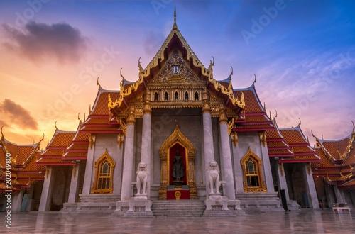 Spoed Foto op Canvas Bedehuis The Marble Temple, Wat Benchamabopitr Dusitvanaram at sunrise in Bangkok, Thailand.