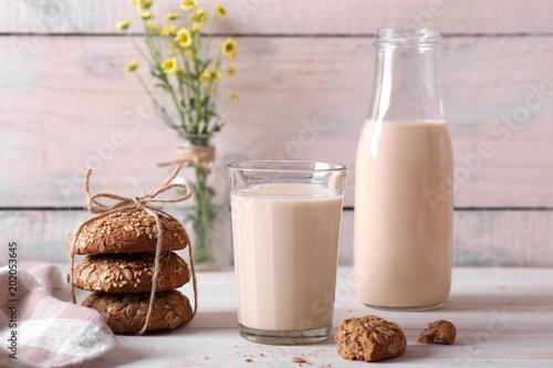 топленое молоко в стакане и с полевыми цветами