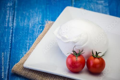 Mozzarella di bufala su piatto bianco
