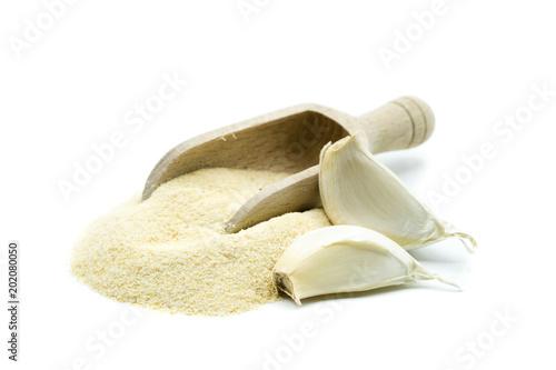 Knoblauch gewürz Knoblauchpulver pulver isoliert freisteller freigestellt weißer Hintergrund schaufel holzschaufel
