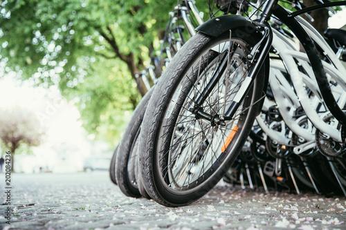 Geparkte Fahrräder in Fahrradverleih