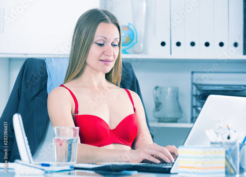 Foto op Aluminium Akt Businesswoman in red bra