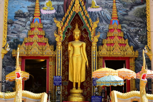 Poster Bedehuis The golden Buddha image. Reverence in Buddhist sutras At Wat Luang Pothit, Thailand
