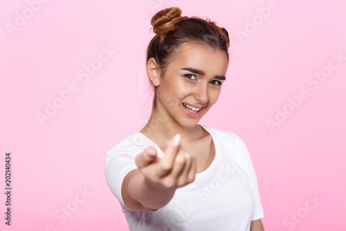 Photo  young woman on pink background Attractive beautiful woman showing air kiss