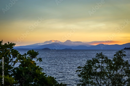 Poster Oceanië Taupo Lake and Tongariro volcano at sunset, New Zealand
