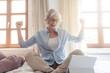 canvas print picture - Selbständige oder Freiberufler Seniorin freut sich über einen Erfolg