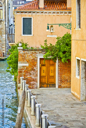 Foto op Canvas Smal steegje Pavement in Venice near Grand Canal, Italy