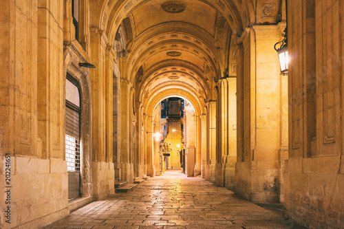 Malta, Valletta. Decorated archway in the city center at night Fototapete