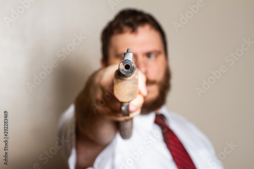 Fényképezés  pointing a gun at the camera