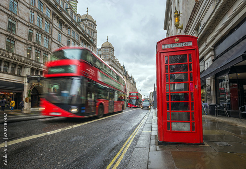 Türaufkleber London roten bus London, England - Iconic blurred red double-decker buses on the move with traditional red telephone box in the center of London at daytime