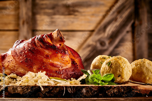 Fotografía  Crispy roasted pork hock with dumplings