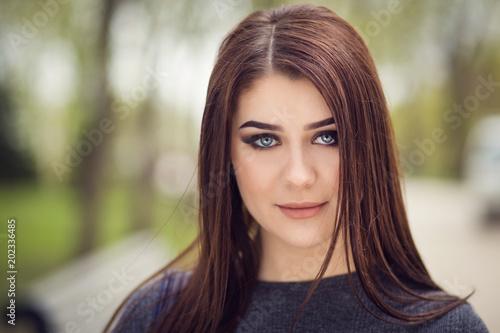Fototapety, obrazy: girl posing in park