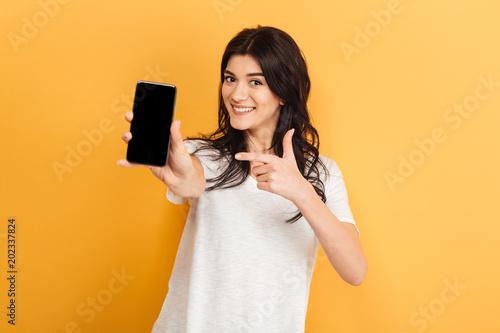Fotografía  Pretty woman showing display of mobile phone.