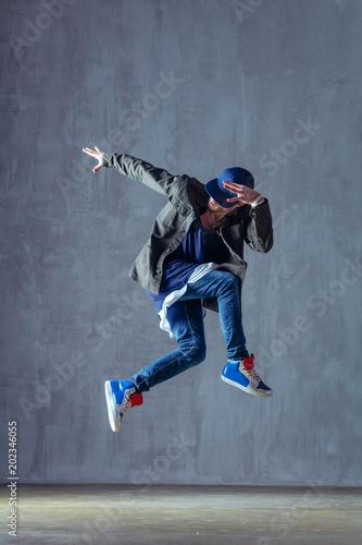 Photo Young beautiful male dancer posing in studio