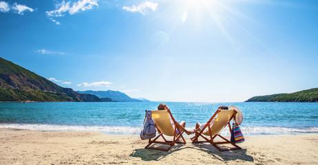 Szczęśliwa para relaksuje na plaży