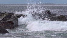 Slow Motion Waves Breaking Ove...