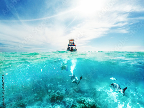Photo  Divers and Boat in the Caribbean Sea