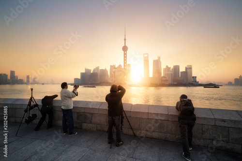 Staande foto Aziatische Plekken Photographers taking photos of the Shanghai skyline at sunrise, China