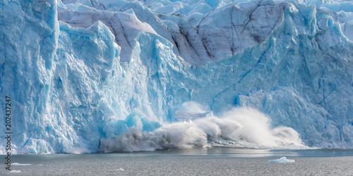 Poster Glaciers Large piece of ice collapses at the Perito Moreno Glacier
