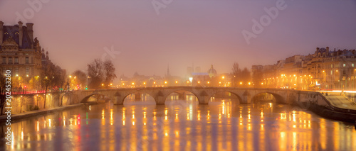 Photo  View over The Seine in the city of Paris at night with colorful lights- Paris, F