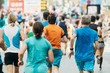 Senior läuft in Gruppe Läufer beim Marathon
