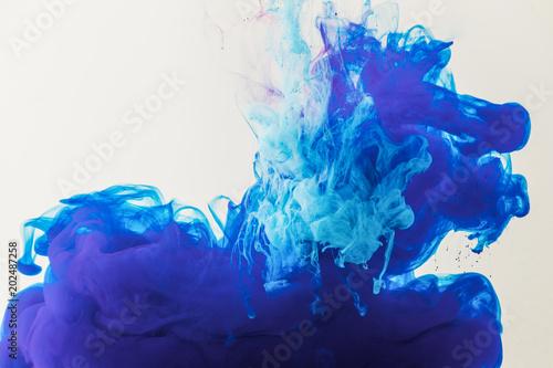 tekstury-z-plynacej-niebieski-i-turkusowy-farby-w-wodzie-samodzielnie-na-bialym