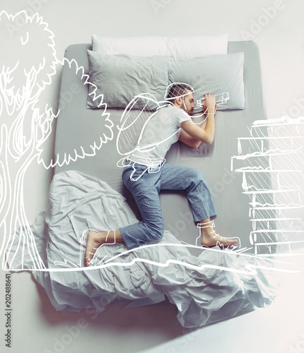 Photo  Top view photo of young man sleeping in a big white bed and his dreams