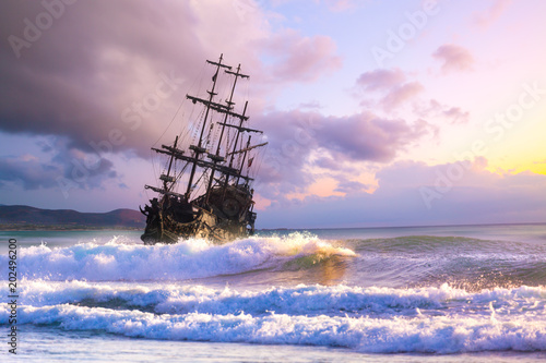 Türaufkleber Schiff Pirate ship at the open sea at the sunset