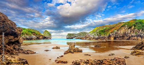 Imponujący i idylliczny krajobraz plaża i morze w Cantabria Falezy i góry Słońca położenie i dzika natura