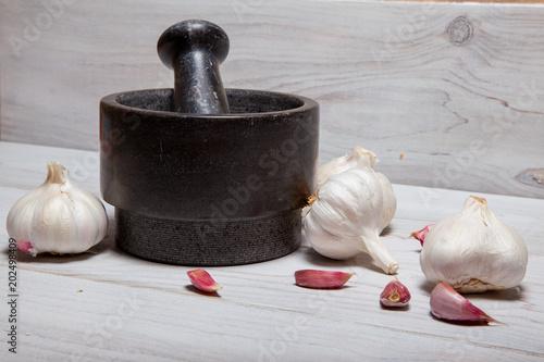 Un mortero con sus ajos en la cocina