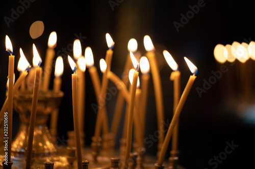 In de dag Vuur Church candles on the background bokeh.