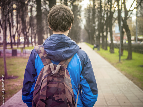 Photo young male teenager schoolboy in the city with backpack