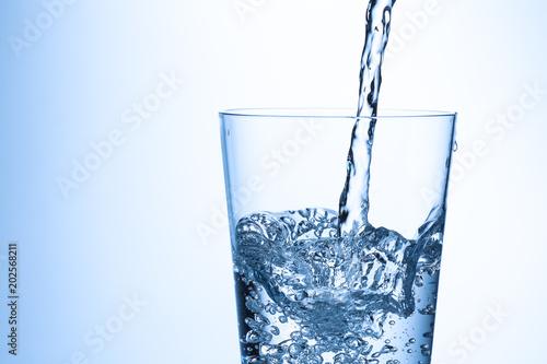 Keuken foto achterwand Water コップに水を注ぐ