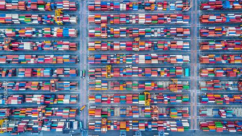 antena-widok-z-gory-stos-kontenerow-towarowych-w-rzedach-kontener-w-dzialalnosci-eksportowej-importu-i-logistyki-i-transportu