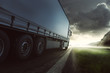 LKW liefert bei Sonnenuntergang