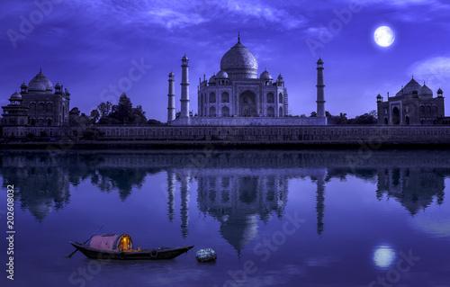 Photo  Taj Mahal Agra in full moon night with wooden boat on river Yamuna