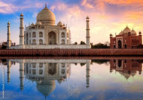 Foto op Aluminium India Taj Mahal Agra India with east gate at sunset with moody sky.