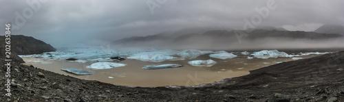 Staande foto Grijze traf. Panorama in Islanda, la terra dei vichinghi. Composizione di molti scatti alla lingua di un ghiacciaio uniti in un'unica vista panoramica.