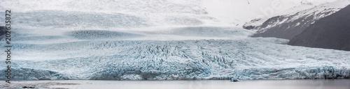Foto op Plexiglas Donkergrijs Panorama in Islanda, la terra dei vichinghi. Composizione di molti scatti alla lingua di un ghiacciaio uniti in un'unica vista panoramica.