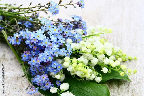 Photo  bouquet floral champêtre,printanier ,sur fond bois