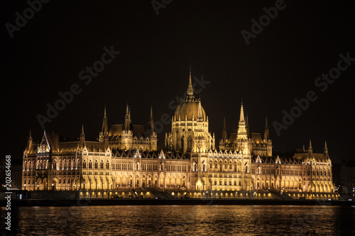 Fotografia  Hungarian Parliament (Orszaghaz) in Budapest, capital city of Hungary, taken during a dark night