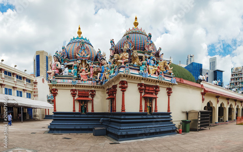 Photo sur Aluminium Monument Panoramic view of the Sri Mariamman Hindu Temple in Chinatown, Singapore. Fragment of facade with painted figures of Hindu gods and deities.