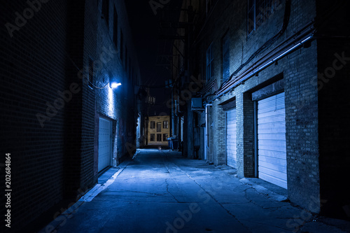 Photo Dark and eerie urban city alley at night